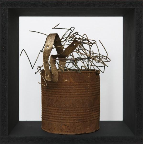 Incontenibile fuoriuscita, 2017, ferro combusto e smalto inseriti in cubo di legno, 33x33