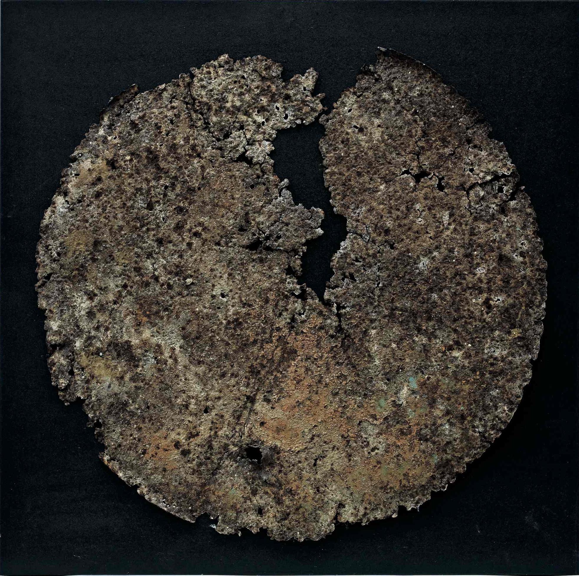 Il disgregarsi della materia 1, ferro combusto su tavola e copertura in plexiglas, 64x64, 2007