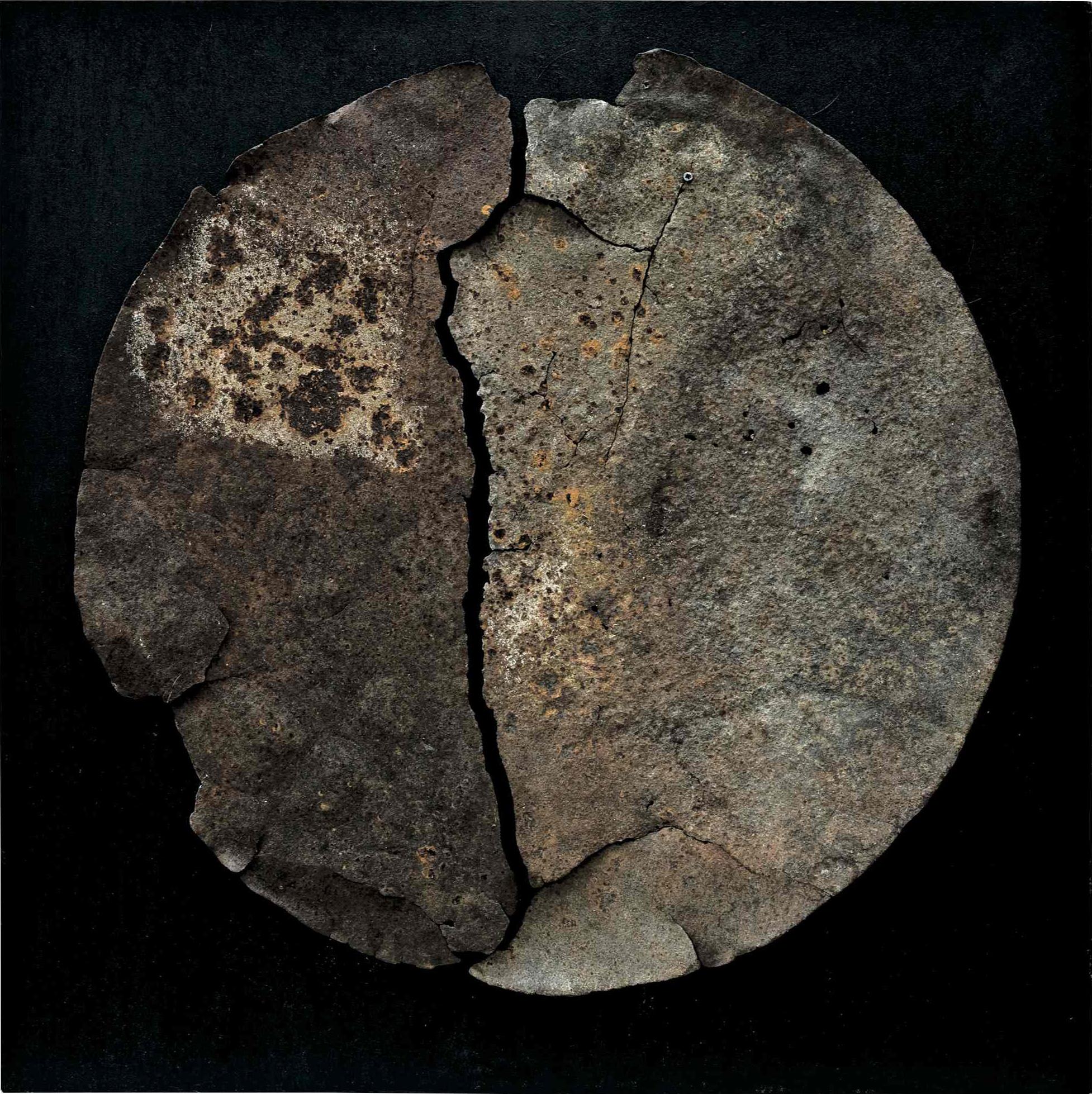 Il disgregarsi della materia 2, ferro combusto su tavola e copertura in plexiglas, 64x64, 2007